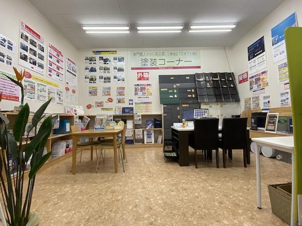 お打ち合わせスペースにはこれまで手掛けさせて頂いた塗装事例を数多く展示しております。